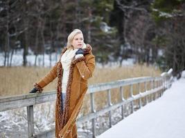trendig kvinna och vinterkläder - lantlig scen foto