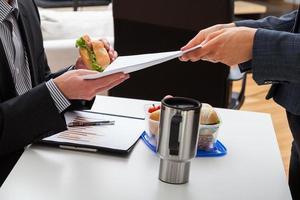 äter lunch på kontoret foto
