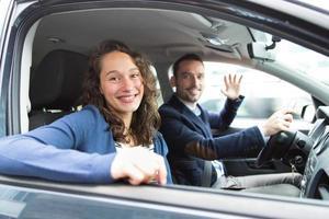unga par för affärsman i deras helt nya bil foto
