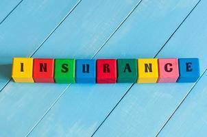 ordförsäkring på barns färgglada kuber eller block. företag