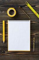 anteckningsbok och tekniska verktyg på bordet foto