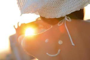 kvinna tar mobiltelefon bild vid solnedgången foto