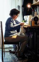 medelålders kvinna som sy foto