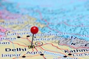 delhi fästs på en karta över Asien foto