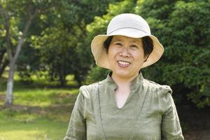 asiatisk kvinna som reser i skogen foto