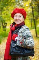 kvinna i höst park foto