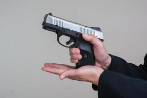 kvinna laddar en handpistol foto