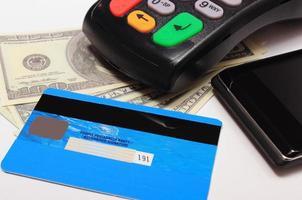 betalningsterminal, kreditkort och mobiltelefon med nfc-teknik foto