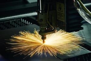 laserskärningsteknik av platta stålmaterial proc foto