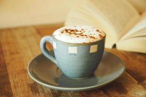 kopp kaffe i kaféet vintage färgtonstil foto