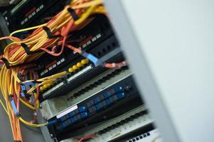 fiberoptik med servrar i ett teknikdatacenter foto