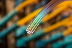 optiska fibrer dinamiska flyg från djupt på teknikbakgrund foto