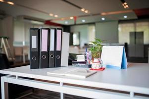 kontorsskrivbord på arbetsplatsen med mjukt ljus foto