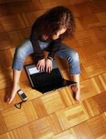 flicka med en dator foto