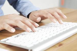 vackert fingertappning tangentbord foto