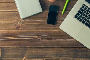 bärbar dator och dagbok på skrivbordet foto