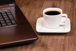 espressokaffe med bärbar dator foto