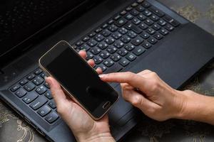 nätbank med smart telefon foto