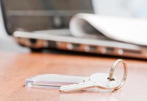 nyckel med en prydnadssak foto