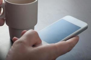 man använder smart telefon foto
