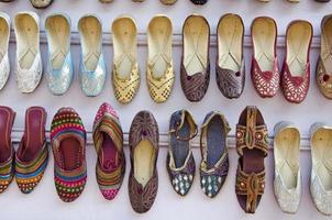 olika färgglada vackra kvinnor skor på Asien marknaden, Indien foto