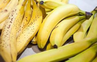 närbild av bananer på marknaden foto