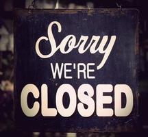 ledsen att vi är stängda skyltarna i ett främre fönster foto