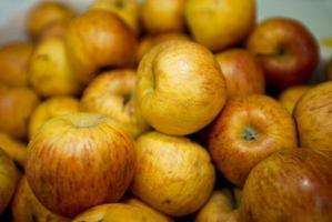 närbild av äpplen i livsmedelsbutik foto