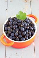 färska krusbär i keramisk skål foto
