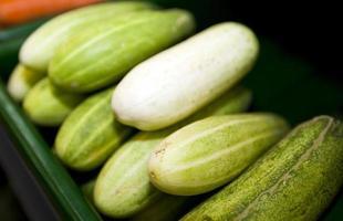 närbild av färska gurkor i stormarknad foto