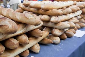 närbild av limpa på bröd i butik foto