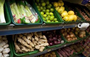 olika grönsaker som visas i livsmedelsbutiken foto