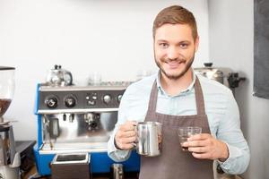 attraktiv manlig ägare av café arbetar med glädje foto