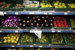 olika frukter och grönsaker som visas i livsmedelsbutiken foto
