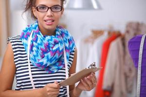 le modedesigner som står nära skyltdockan på kontoret foto