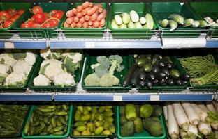 olika grönsaker som visas i snabbköpet foto
