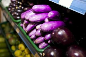 olika aubergine som visas i livsmedelsbutiken foto