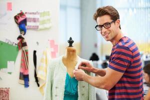 manlig modedesigner i studio foto