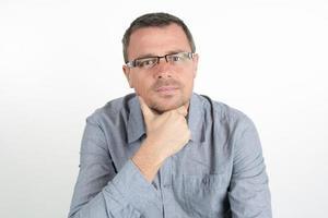 man med glasögon och orakad isolerad på vit bakgrund foto
