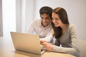 par som använder kreditkort för att handla online. bärbar dator. inomhus- foto