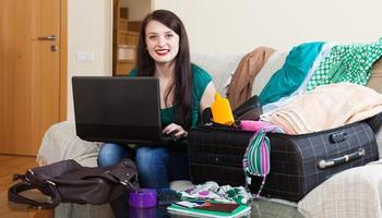 brunettkvinna som bokar hotell på internet foto