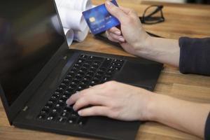 betala räkningar online med kreditkort. foto