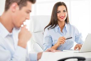 affärskvinna med kreditkort foto