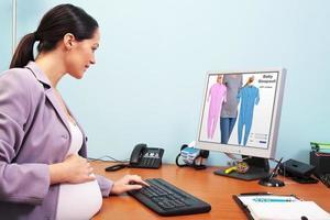 gravid affärskvinna online shopping foto
