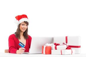 festlig brunett shopping online med laptop foto