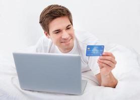 man shoppar online foto