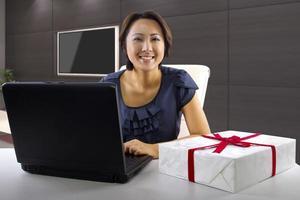 online shopping ung asiatisk kvinna på en dator foto