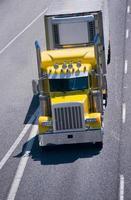 stor rigg gul kraft semi truck reefer trailern mellanstatlig motorväg foto