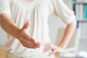 affärskvinna som erbjuder handskakning foto