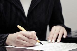 affärskvinna undertecknar kontrakt foto